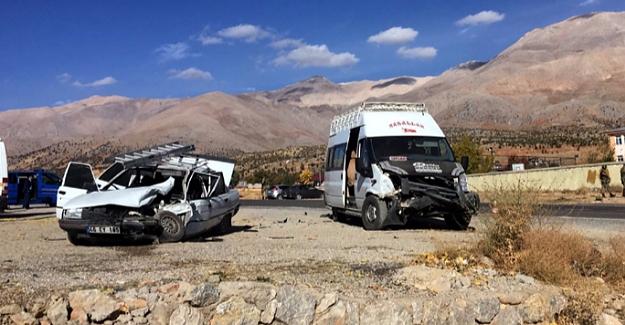 Öğrenci servisi ile otomobil çarpıştı: 16 yaralı