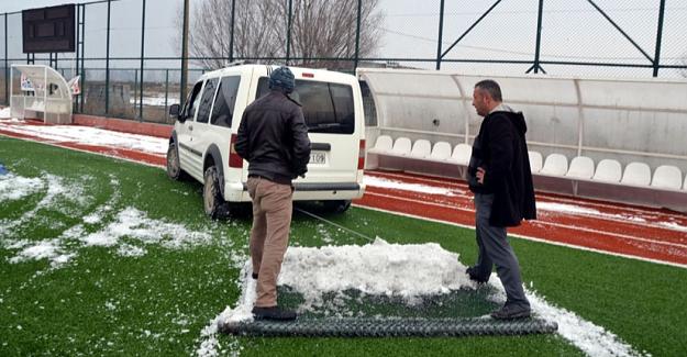 Karla kaplı sahayı taraftarlar temizledi