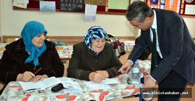 Kaymakam Akkoyun'dan okuma yazma kurslarına ziyaret