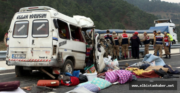 Minibüs kamyona çarptı: 8 ölü, 8 yaralı