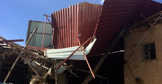 Etkili olan rüzgar çatıları uçurdu
