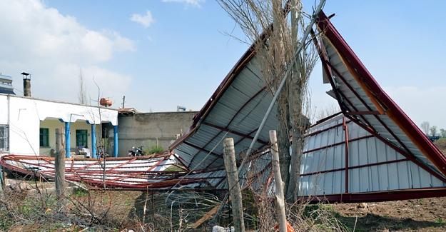 Şiddetli rüzgar okul çatısını uçurdu