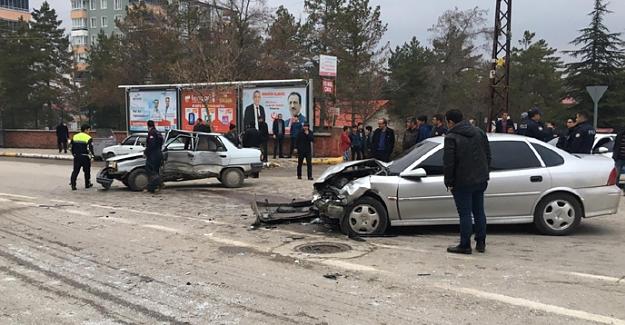 Elbistan'da otomobiller çarpıştı: 4 yaralı