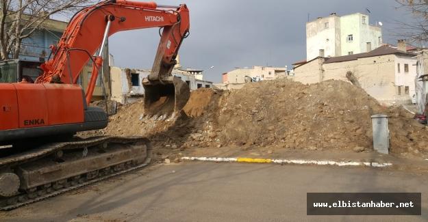 Elbistan Belediyesi metruk binaları yıkıyor