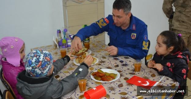 Minik öğrenciler kendi elleri ile hazırladıkları yemekleri askerlere ikram etti