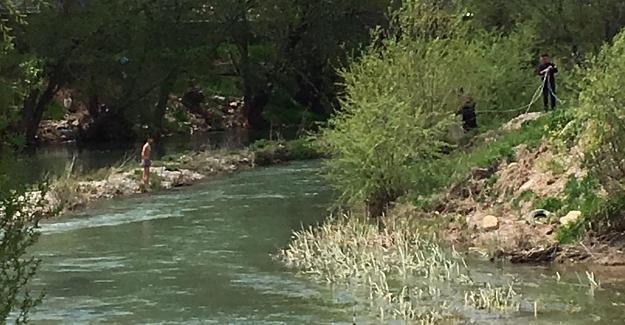 Ceyhan nehrinde mahsur kalan kişiyi itfaiye ekipleri kurtardı