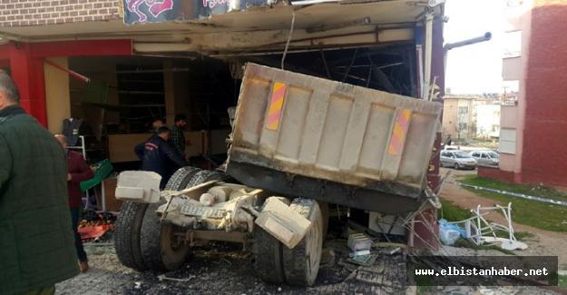 Freni boşalan kamyon iş yerine girdi: 2 yaralı