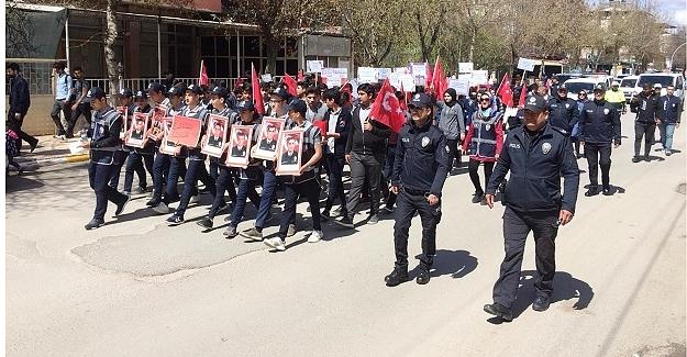 Öğrencilerden Polise Destek Yürüyüşü