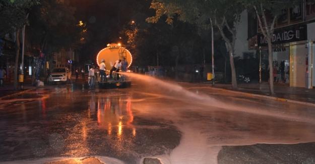 Caddeler ve kaldırımlar deterjanlı suyla yıkandı