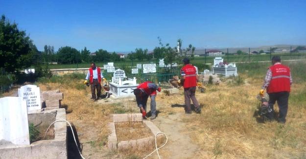 Cami ve Mezarlıklar Bayrama Hazırlanıyor