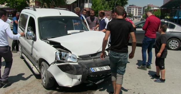 Hafif ticari araç ile otomobil çarpıştı: 1 yaralı