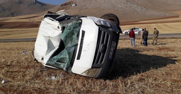 Lastiği patlayan kamyonet devrildi: 5 yaralı
