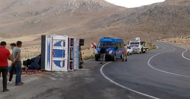 Elbistan'da kamyonet devrildi: 3 yaralı