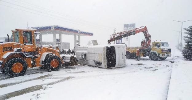 Elbistan'da servis midibüsü devrildi: 2 yaralı
