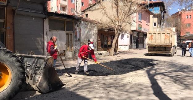 Elbistan Belediyesi bozulan yolları onarıyor