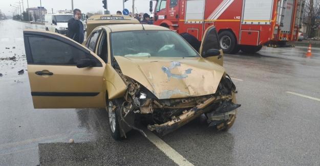 Elbistan'da otomobil ile hafif ticari araç çarpıştı: 2 yaralı