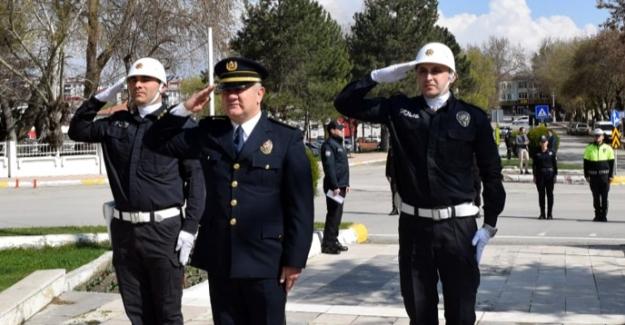 Polisten sosyal mesafeli çelenk töreni