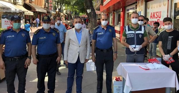 İl Emniyet Müdürü Celeboğlu Elbistan'da vatandaşlara maske dağıttı