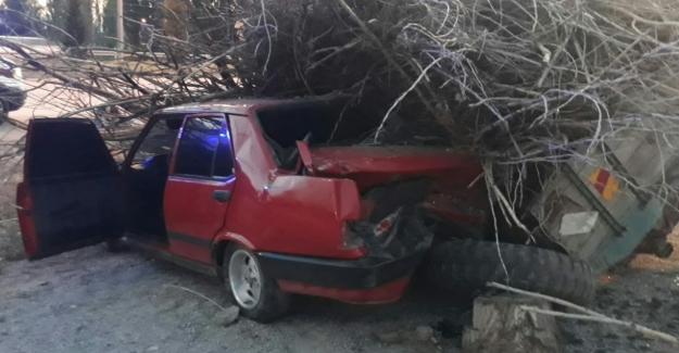 Kontrolden çıkan otomobil römorka çarptı: 3 yaralı
