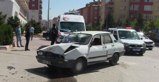 Elbistan'da iki ayrı kazada 4 kişi yaralandı