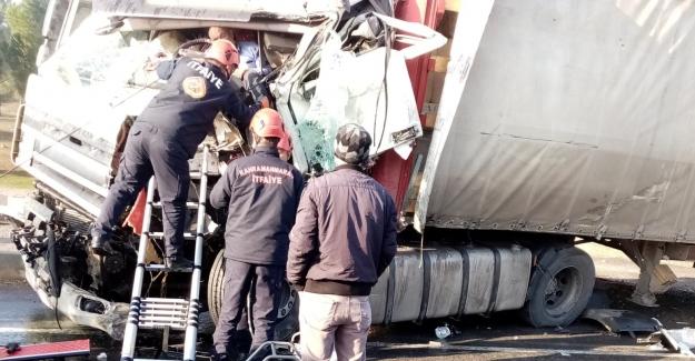 Tır sürücüsünü sıkıştığı yerden itfaiye ekipleri kurtardı