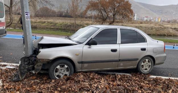Elbistan'da otomobil aydınlatma direğine çarptı: 1 yaralı