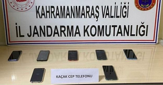 Jandarma yolcu minibüsünde kaçak telefonlara el koydu