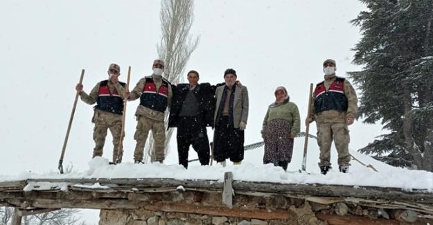 Jandarma yaşlı çiftin evinin çatısını temizledi