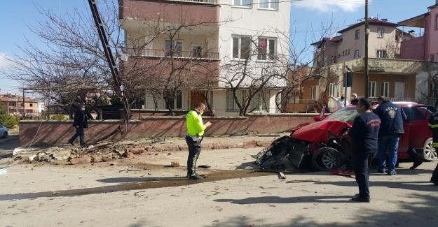 Elbistan'da direksiyon hakimiyetini kaybeden sürücü direğe çarptı: 5 yaralı