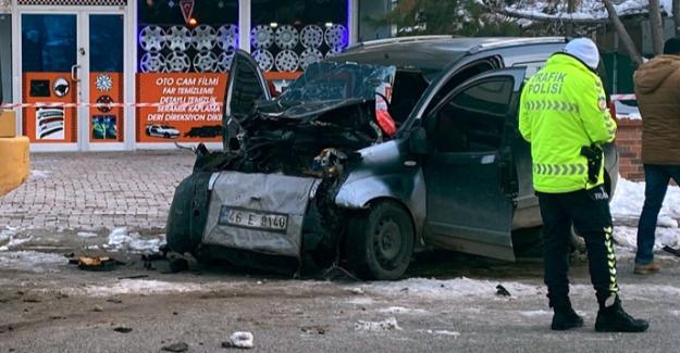 Elbistan'da hafif ticari araç sürücüsü iş makinasına çarptı