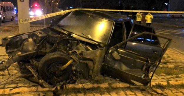 Kavşakta çarpışan iki otomobil paramparça oldu
