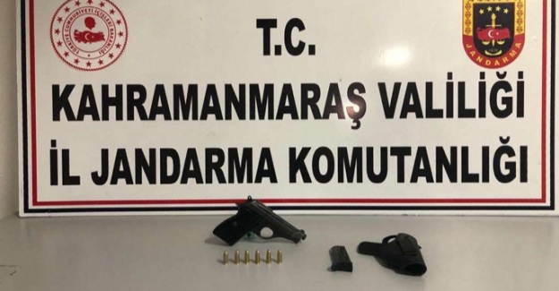 Yolcunun üzerinde yapılan aramada ruhsatsız silah bulundu