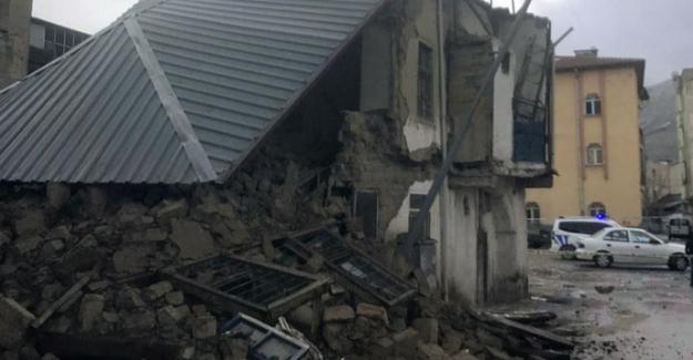 Elbistan'da iki katlı kerpiç evin yarısı yıkıldı