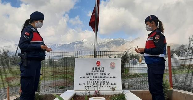 Jandarma şehit mezarlarını temizledi aileleri ziyaret etti