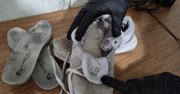 Yolcunun ayakkabısından uyuşturucu çıktı