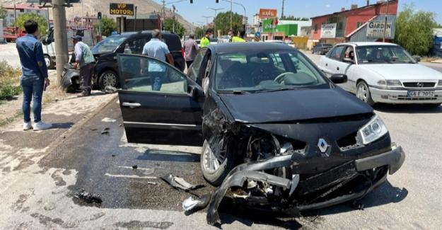 Hafif ticari araç ile otomobilin çarpıştığı kazada 5 kişi yaralandı