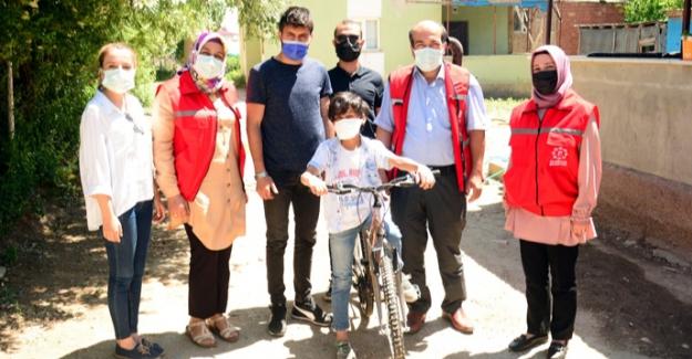 Lösemiyi yenen Kerem'e Başkan Gürbüz bisiklet hediye etti