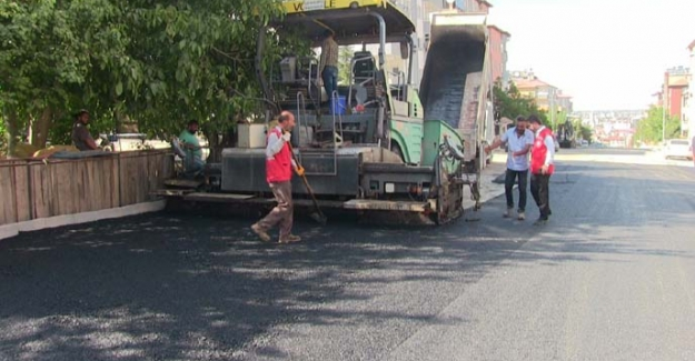 Elbistan'da altyapısı tamamlanan yollar sıcak asfalt ile kaplanıyor