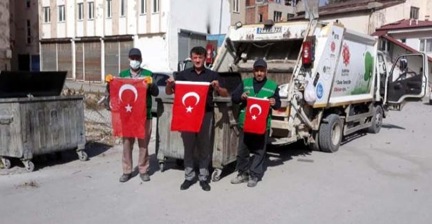 Çöpte buldukları Türk bayrağını muhafaza altına aldılar