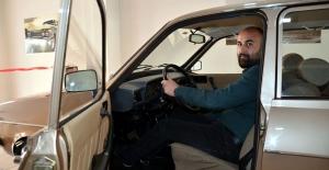 1988 model otomobilini şeritle koruyor