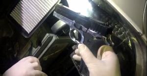 Otomobilin hava filtresine silah sakladı
