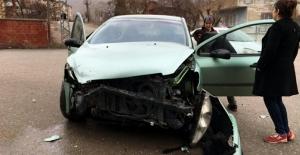 Fren yerine gaza basan sürücü kaza yaptı