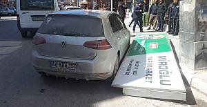 Reklam panosu otomobilin üzerine düştü