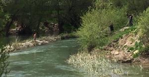 Ceyhan nehrinde mahsur kalan kişiyi...