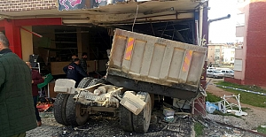 Freni boşalan kamyon iş yerine girdi:...