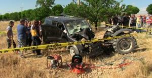 Hafif ticari araç ile traktör çarpıştı:...