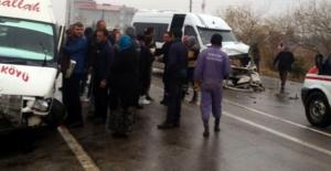 Elbistan'da köy minibüsleri çarpıştı:...