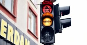 Elbistan Belediyesi'nden Trafik Işıkları ile 'Evde Kal' Uyarısı