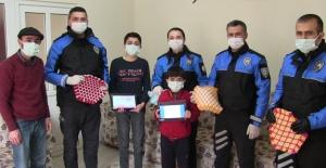 155'i arayan kardeşlere polis tablet hediye etti