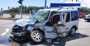 Minibüs ile hafif ticari araç çarpıştı: 7 yaralı